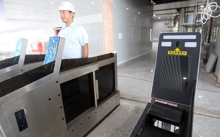 北京大兴站设有人脸识别检票闸机。摄影/新京报记者